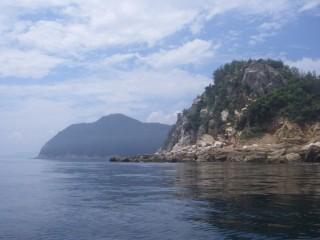青い空に岩壁