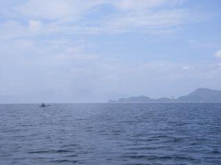 遠くに帆船