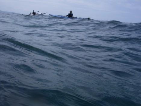 高い波の中を漕ぐ