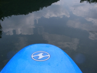 水面に映る空