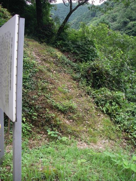 供養塔への道
