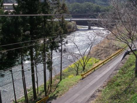 宇佐川を眺める